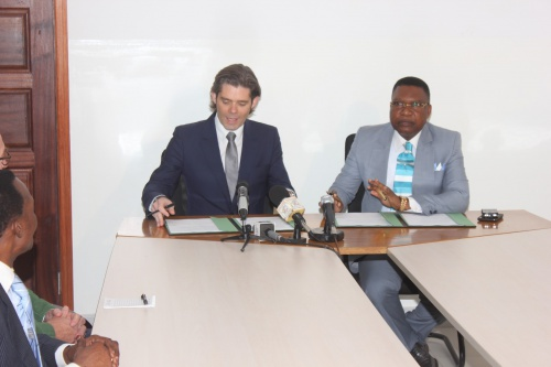 Michael Peters, CEO of Euronews, and Jean Obambi, Managing Director of Télé Congo, signing on Saturday 25 January in Congo Brazzaville the cooperation agreement