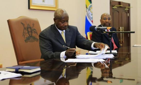 Uganda's President Yoweri Museveni signs an anti-homosexual bill into law at the state house in Entebbe, 36 km (22 miles) southwest of the capital Kampala February 24, 2014. Credit: Reuters/James Akena