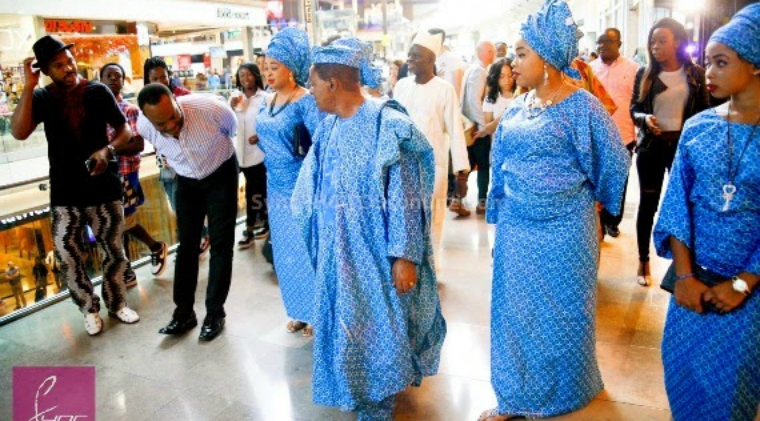 Subjects pay homage to the king. To the far left is Nigerian musician Alariwo. Photo: Naijapals.com