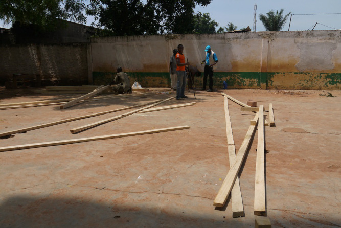 Construction of a temporary learning space. (c) UNICEF/CAR/2014