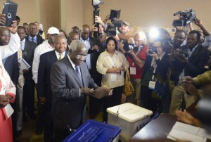 Presidential candidate Afonso Dhlakama of the Mozambican Resistance Movement (RENAMO) votes in Maputo October 15, 2014. Mozambicans voted on Wednesday in elections expected to return the ruling Frelimo party to power in one of Africa's fastest-growing economies, which is looking to escape years of poverty and conflict by tapping into its huge energy resources. REUTERS/Grant Lee Neuenburg