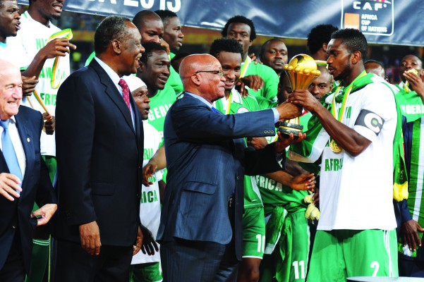 President Jacob Zuma and CAF president Issa Hayatou handing the last African Nations cup to Nigerian captain Joseph Yobo