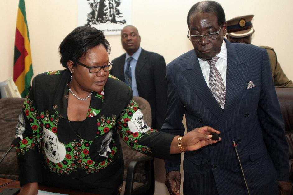 Zimbabwe's President Robert Mugabe and Vice-President Joice Mujuru are seen at a meeting of the ruling ZANU-PF party at its headquarters in Harare on October 24, 2014 (AFP Photo/Jekesai Njikizana)
