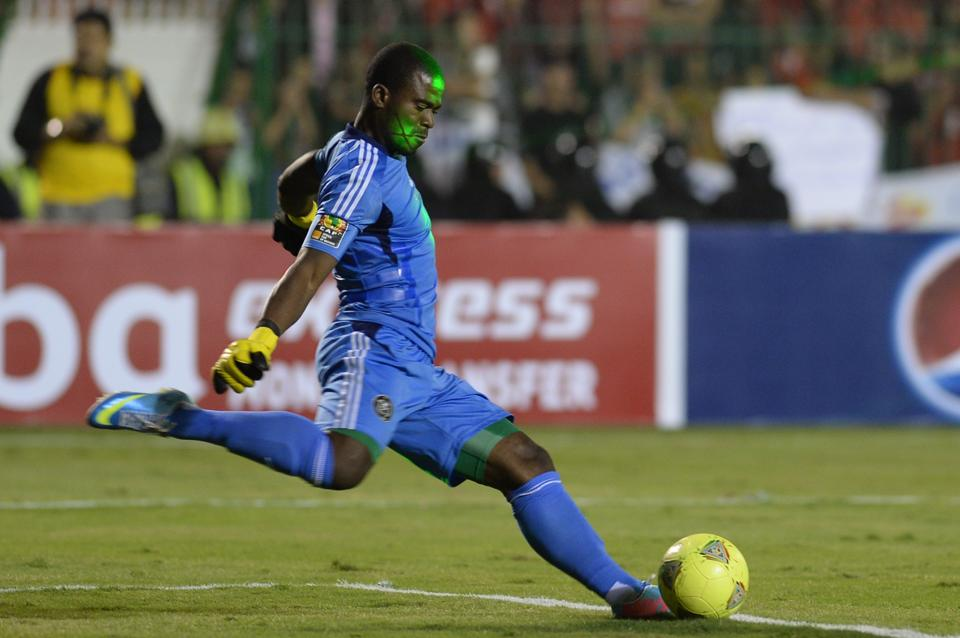 Senzo Meyiwa takes a goal kick for Orlando Pirates on November 10, 2013, in the CAF Champions League Final second leg against al-Ahly in Cairo (AFP Photo/Khaled Desouki)