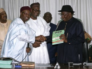Nigeria's president Goodluck Jonathan (R) shakes hands with Nigeria's ruling Peoples Democratic Party National Organizing Secretary Alhaji Abubakar Mustapha after collecting a nomination form for the PDP presidential ticket, October 30, 2014 in Abuja (AFP Photo/Wole Emmanuel)