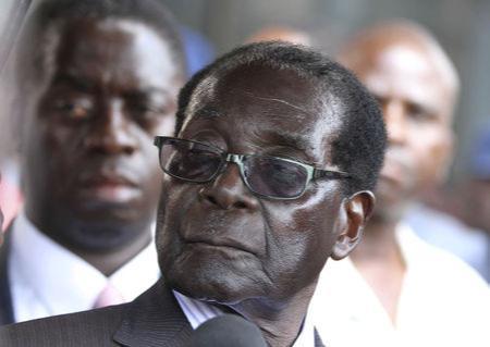 Zimbabwe President Robert Mugabe addresses supporters outside his ZANU PF party headquarters in Harare, October 30,2014. REUTERS/Philimon Bulawayo