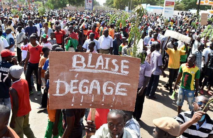 Burkina Faso opposition supporters protest in Ouagadougou on October 28, 2014 (AFP Photo/Issouf Sanogo)