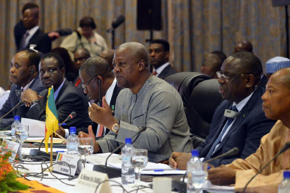 Ghanaian and ECOWAS president John Dramani Mahama (3-R) talks during a meeting with the officials and state leaders, and Burkinabese opposition leaders, in Ouagadougou on November 5, 2014 (AFP Photo/Issouf Sanogo)