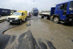 Morotists stuck in jams on waterlogged potholes are seen on Apapa Oshodi expressway in Lagos, Nigeria, on October 20, 2014 (AFP Photo/Pius Utomi Ekpei)