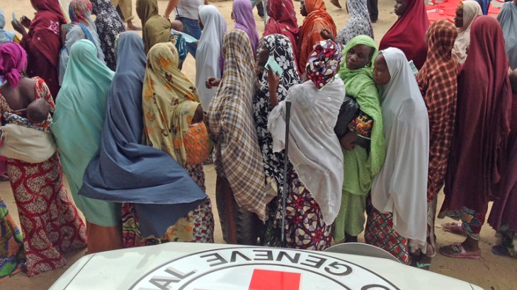 Maiduguri, Nigeria. Thousands of families displaced by violence in the north-east of Nigeria queue up to receive food and essential household items during a distribution carried out by the ICRC and the Nigerian Red Cross. CC BY-NC-ND / ICRC / A. Ahmed Hersi