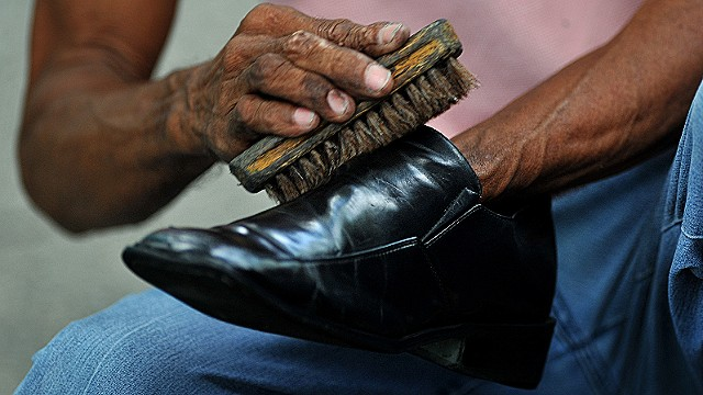 When he started shining shoes, Mgayiya had no experience. He often slipped and got polish on his customers' socks which upset people.