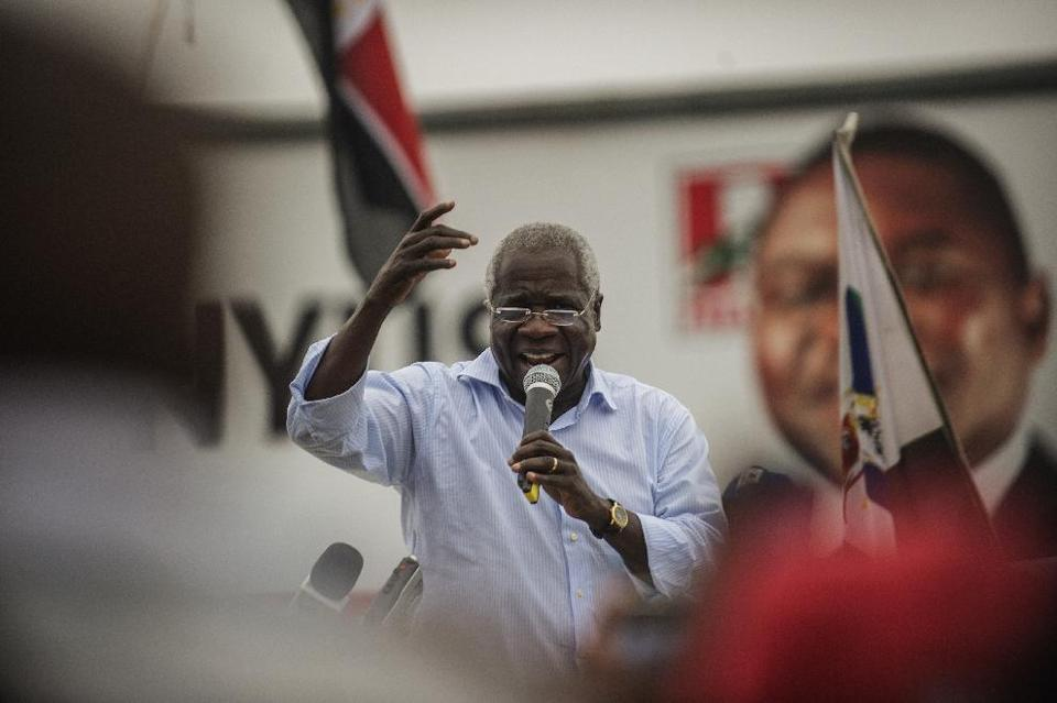 RENAMO presidential candidate Afonso Dhlakama (C) addresses a cheering crowd of supporters during a motorcade campaign rally on October 11, 2014 in Maputo (AFP Photo/Gianluigi Guercia)