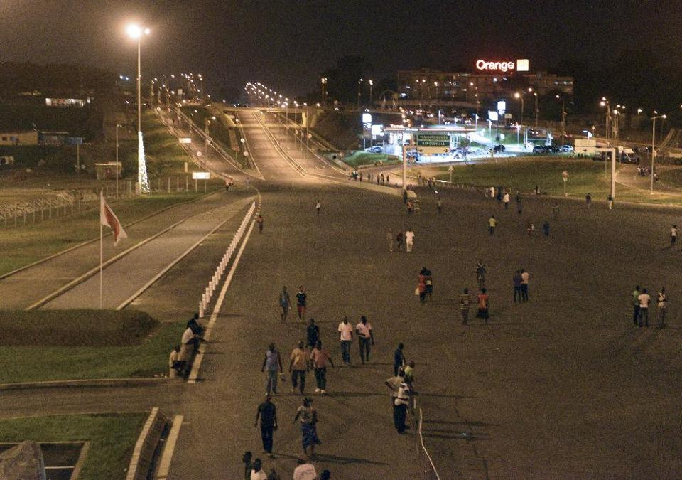 People stroll along the newly opened Henri Konan Bedie bridge (HKB) in the Ivorian capital Abidjan on December 20, 2014 (AFP Photo/Sia Kambou)