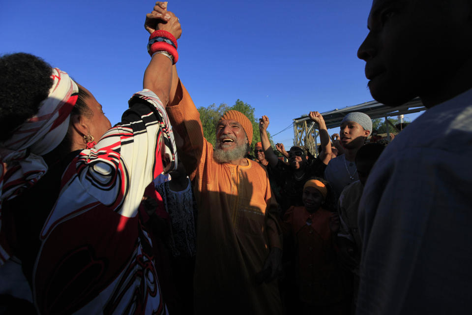 FILE - In this file photo taken Sunday, June 7, 2009, Ben Ammi Ben Israel, the spiritual leader of the African Hebrew Israelites of Jerusalem, is greeted by the crowd during festivities marking the holiday of Shavuot in the southern Israeli town of Dimona. The spiritual leader of the African Hebrew Israelites, a polygamous vegan group that believes some black Americans descended from a Jewish tribe, died Saturday, Dec. 27, 2014, at age 75, the group announced Sunday. (AP Photo/Tsafrir Abayov, File)