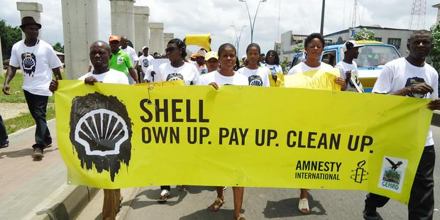 Activists in Port Harcourt, Nigeria protest to demand that Shell pay reparations and clean up its oil spills. © Amnesty International