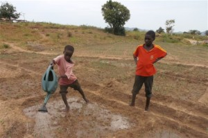 Photo: Monde Kingsley Nfor/IRIN Nigerian refugee children working the fields