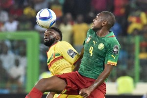 Mali's midfielder Bakary Sako (L) heads the ball with Cameroon's midfielder Raoul Cedric Loe during their 2015 African Cup of Nations football match in Malabo on January 20, 2015 (AFP Photo/Issouf Sanogo)