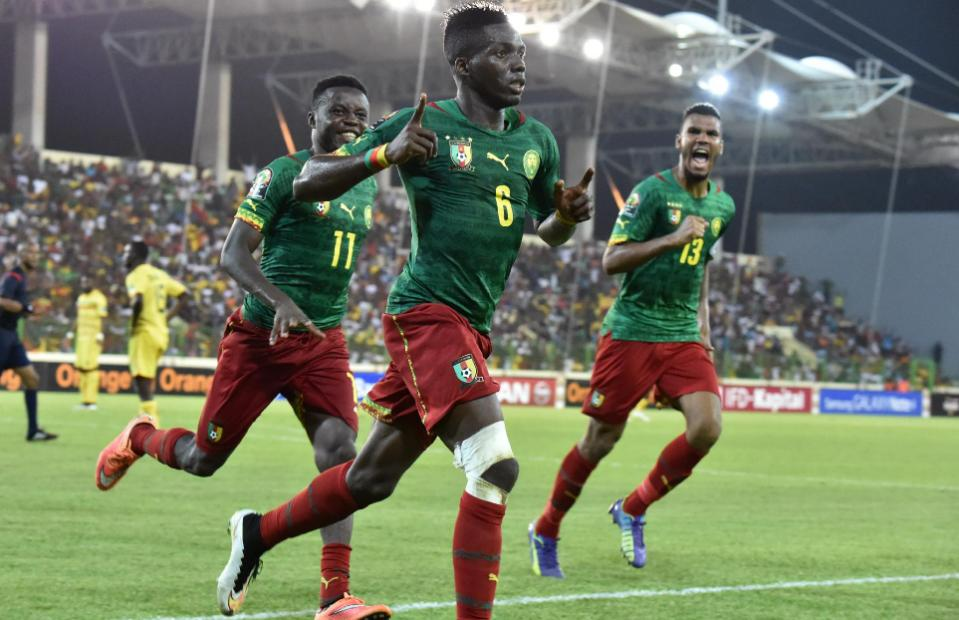 Cameroon's defender Ambroise Oyongo (C) celebrates with teammates after scoring a goal during the 2015 African Cup of Nations football match between Mali and Cameroon in Malabo on January 20, 2015 (AFP Photo/Issouf Sanogo)