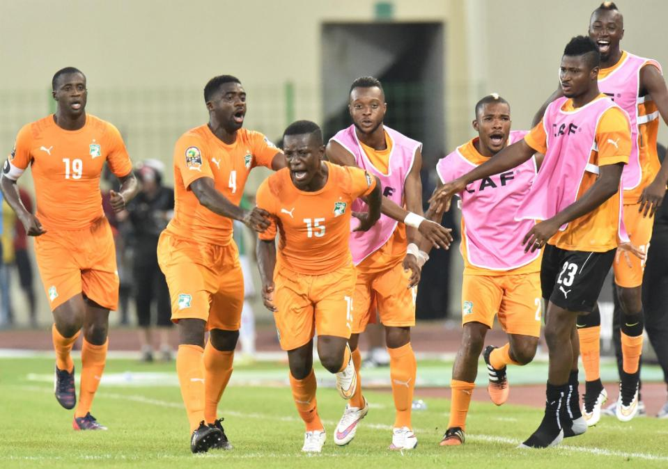 Ivory Coast'S Max-Alain Gradel (C) is congratulated by teammates after scoring during the Africa Cup of Nations match against Mali in Malabo on January 24, 2015 (AFP Photo/Issouf Sanogo)