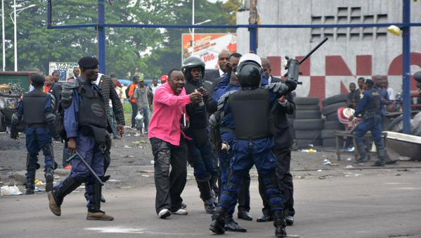 Congolese police battle protesters in Kinshasa (RFI Photo)