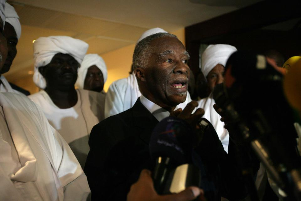 African Union chief mediator Thabo Mbeki speaks to the press in Khartoum, Sudan, on November 5, 2013 (AFP Photo/Ebrahim Hamid)