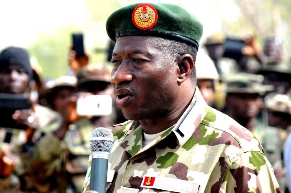 In this picture released by State House Photo on February 26, 2015, Nigerian President Goodluck Jonathan speaks to soldiers fighting against Boko Haram Islamists after his arrival in Baga, recently recaptured from insurgents (AFP Photo/)