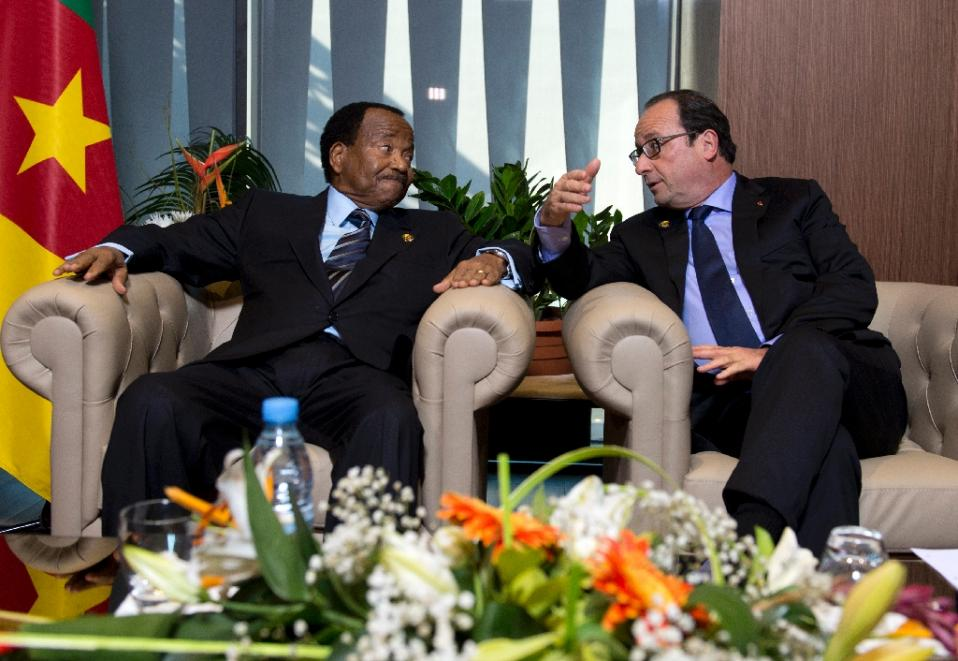 French president Francois Hollande (right) talks to Cameroon's long-serving President Paul Biya, on November 30, 2014, in Dakar (AFP Photo/Alain Jocard)