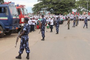 Burundi's security forces form a cordon to contain crowds of members of the ruling party on April 25, 2015 in Bujumbura (AFP Photo/Landry Nshimiye)