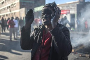 Zimbabwean citizens protest outside the South African Embassy in Harare against a wave of violence against immigrants in parts of South Africa, April 17, 2015 (AFP Photo/Jekesai Njikizana)