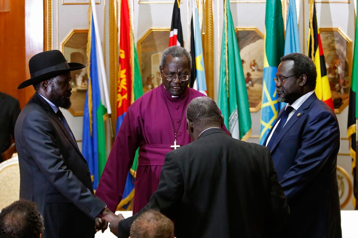 South Sudan's rebel leader Riek Machar (R) and South Sudan's President Salva Kiir (