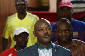 Burundi's President Pierre Nkurunziza (C) walks before a news conference in Bujumbura, Burundi, May 17, 2015. REUTERS/Goran Tomasevic