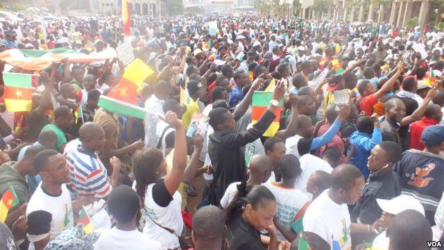 FILE - Youths march in Cameroon against the Nigerian terrorist group Boko Haram, Feb, 28 2015. (VOA/Moki Edwin Kindzeka