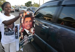A Kenyan trader tries to sell a poster with the image of US President Barrack Obama to motorists during the Luo cultural festival in Nairobi, on July 11, 2015 (AFP Photo/Simon Maina)