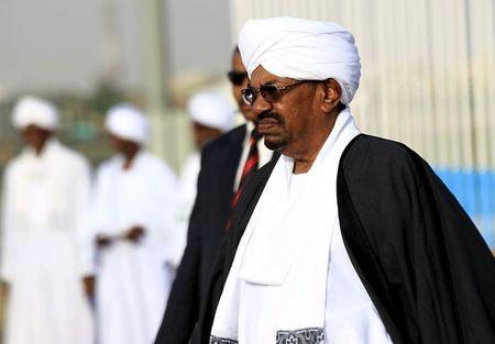 Sudan's President Omar Hassan al-Bashir (front) welcomes Yemen's President Abd-Rabbu Mansour Hadi (not pictured) at Khartoum Airport August 29, 2015. REUTERS/Mohamed Nureldin Abdallah