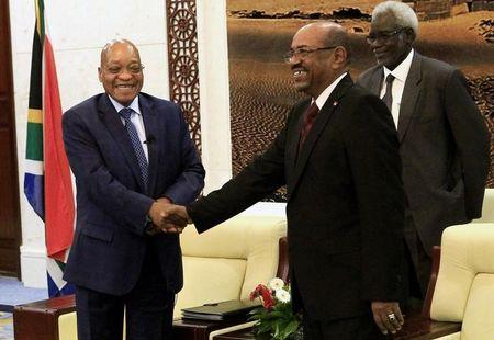 Sudan's President Omar al-Bashir greets his South African counterpart Jacob Zuma (L) at the Palace in Khartoum February 1, 2015. REUTERS/ Mohamed Nureldin Abdallah