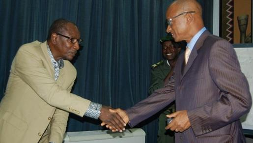 Incumbent Guinea President Alpha Conde (l) with presidential contender Cellou Dalein Diallo (r