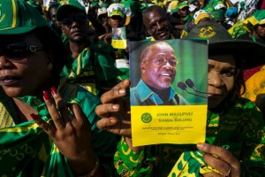 A supporter holds a booklet with a photo of presidential candidate John Magufuli at a rally by ruling party Chama Cha Mapinduzi (CCM) in Dar es Salaam, Tanzania on October 23, 2015 (AFP Photo/Daniel Hayduk)