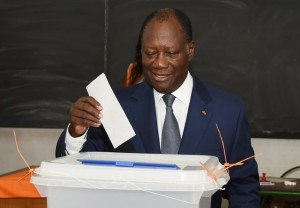Ivory Coast President Alassane Ouattara casts his ballot in Cocody, a district of the capital Abidjan, on October 25, 2015 (AFP Photo/Sia Kambou)