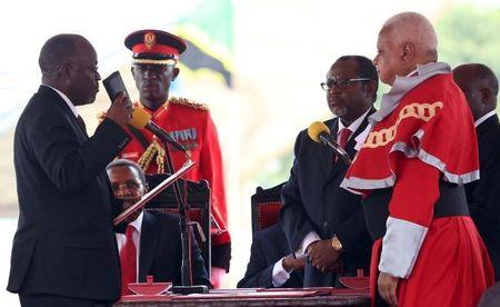 Tanzania's President-elect John Magufuli (L) takes the Oath of Office during his inauguration ceremony at the Uhuru Stadium in Dar es Salaam, November 5, 2015. REUTERS/Emmanuel Herman