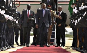 Kenya's President Uhuru Kenyatta (C) arrives for a meeting in South Sudan's capital Juba, August 26, 2015. REUTERS/Jok Solomun