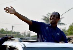 Central African presidential candidate Anicet Georges Dologuele waves from a car in a motorcarde during a presidential campaign tour in Bangui on December 28, 2015 (AFP Photo/Issouf Sanogo)
