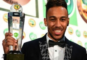 Pierre-Emerick Aubameyang poses with his Glo/CAF Award