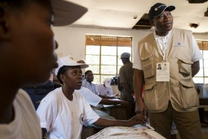 Former Nigerian president Goodluck Jonathan, heading a team of Commonwealth election observers, talks with workers at a polling station in Dar es Salaam on October 25, 2015, during the Tanzanian presidential election ©Daniel Hayduk (AFP)