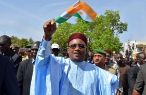 Niger President Mahamadou Issoufou waves his country's national flag during a protest against deadly raids by Boko Haram on February 17, 2015 in Niamey (AFP Photo/Boureima Hama)