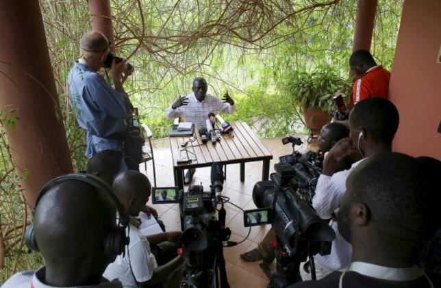 Opposition leader Kizza Besigye speaks during a news conference at his home at the outskirts of Kampala, Uganda, February 21, 2016.  REUTERS/Goran Tomasevic