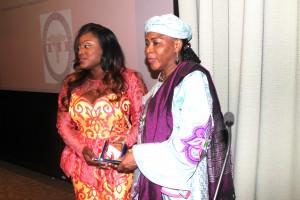 Prof Hassana Alidou receiving the award from Fatmata Koroma,CEO of Therapeutic Inc.Photo AlloConakry
