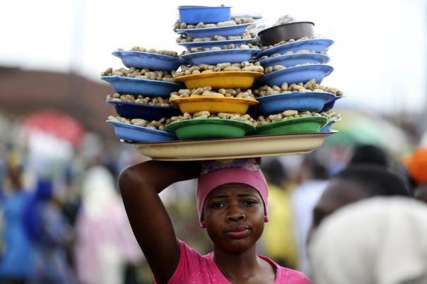 A girl hawks groundnuts arranged on a tray along a road in Nigeria's southwest city of Osogbo, August 11, 2014.REUTERS/Akintunde Akinleye