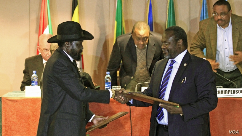 File picture.South Sudan's President Salva Kiir (front L) and South Sudan's rebel commander Riek Machar exchange documents after signing a cease-fire agreement during the Inter Governmental Authority on Development (IGAD) Summit on the case of South Sudan in Ethiopia