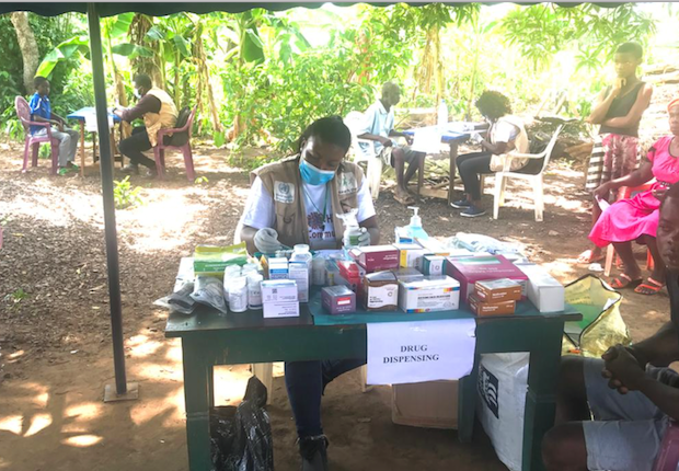 A Cameroonian aid worker conducting Covid-19 awareness campaign in the South-West region, May 15, 2020 (Photo: UnitedNationsCameroon)
